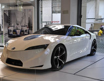 Paris august vit bil 20-Toyota i visningslokal i Paris Arkivbilder