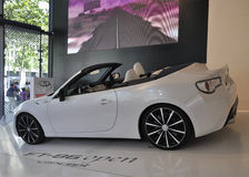 Paris, am 20. August - weißes Toyota-Auto im Ausstellungsraum in Paris Stockbild