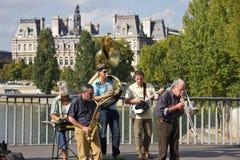 PARIS - Augusti 20: Gatamusiker av Paris på bron framme av parlamentbyggnaden, Augusti 20, 2014, Paris, Frankrike Royaltyfria Bilder