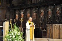 PARIS AUGUSTI 15: Inre av domkyrkan av Notre-Dame i Paris, Frankrike på Augusti 15, 2012 Royaltyfria Bilder