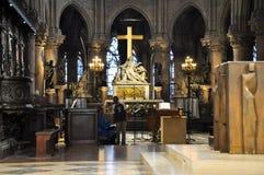 PARIS AUGUSTI 15: Inre av domkyrkan av Notre-Dame i Paris, Frankrike på Augusti 15, 2012 Arkivfoto