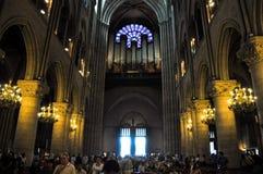PARIS AUGUSTI 15: Inre av domkyrkan av Notre-Dame i Paris, Frankrike på Augusti 15, 2012 Arkivbild