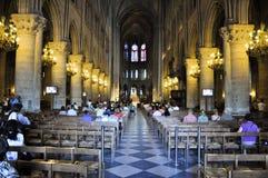 PARIS AUGUSTI 15: Inre av domkyrkan av Notre-Dame i Paris, Frankrike på Augusti 15, 2012 Royaltyfri Foto