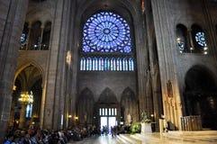 PARIS AUGUSTI 15: Inre av domkyrkan av Notre-Dame i Paris, Frankrike på Augusti 15, 2012 Arkivfoton