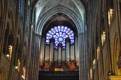 PARIS AUGUSTI 15: Inre av domkyrkan av Notre-Dame i Paris, Frankrike på Augusti 15, 2012 Arkivbilder