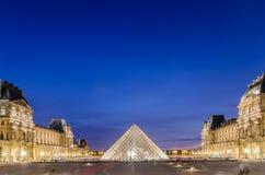 PARIS - AUGUSTI 18: Louvremuseum på solnedgången på Royaltyfri Bild