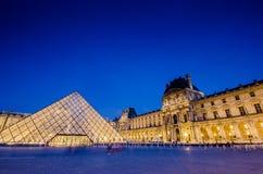 PARIS - AUGUSTI 18: Louvremuseum på solnedgången på Arkivbild