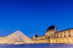 PARIS - AUGUSTI 18: Louvremuseum på solnedgången på Royaltyfri Fotografi