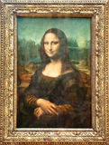 PARIS - AUGUSTI 16: Mona Lisa av den italienska konstnären Leonardo da Vinci på Louvremuseet, Augusti 16, 2009 i Paris, Frankrike. Arkivfoto