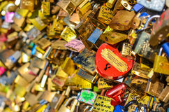 PARIS - AVRIL 2014 : L'amour padlocks chez Pont des Arts le 17 avril 2014, à Paris, des Frances Un bon nombre de serrures colorée Images stock