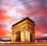 Paris Båge de Triumfera i afton, Frankrike Fotografering för Bildbyråer