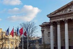 Paris: Bandeiras francesas e chinesas no vento na frente de nacional fotografia de stock