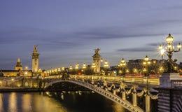 Paris bro på natten Royaltyfri Bild