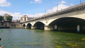 Paris broar över Seinen arkivfoto