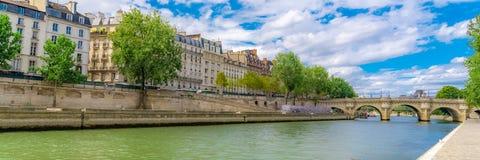 Paris, casas nos bancos fotografia de stock royalty free