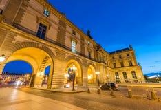 PARIS - CERCA DO JUNHO DE 2014: Museu do Louvre no crepúsculo Museu do Louvre Imagem de Stock