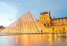 PARIS - CERCA DO JUNHO DE 2014: Museu do Louvre no crepúsculo Museu do Louvre Foto de Stock Royalty Free