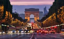 Paris Champs-Elysees på natten arkivbilder