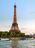 Paris cityscape med Eiffel står hög Arkivfoto