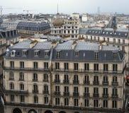 Paris-Dachspitzenskyline stockfotografie