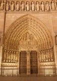 Paris - das Hauptportal von Notre-Dame-Kathedrale nachts mit dem letzten Urteilzentralmotiv Lizenzfreies Stockbild