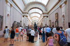 PARIS 18 DE AGOSTO: Visitantes no museu do Louvre, o 18 de agosto de 2009 em Paris, França. Fotografia de Stock Royalty Free