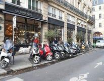 Paris 20 de dezembro de 2018 Rua com motocicletas da posi??o e povos dos transeuntes dia fotografia de stock