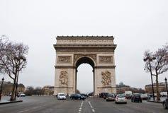 PARIS 10 DE JANEIRO: Arc de Triomphe em um mau tempo em janeiro 10,2013 em Paris Imagens de Stock Royalty Free