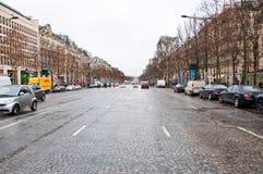 PARIS 10 DE JANEIRO: Os lysées do ‰ dos campeões-à do DES da avenida em um mau tempo em janeiro 10,2013 em Paris Imagens de Stock Royalty Free