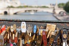 PARIS - 27 DE JULHO: Os cacifos em Pont des Arts simbolizam o amor para a véspera Imagem de Stock