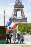 PARIS - 27 DE JULHO: Suporte do cartão na torre Eiffel o 27 de julho, Imagens de Stock