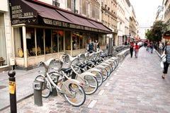 PARIS - 7 de maio: Bicicleta que compartilha da estação o 7 de maio de 2009 em Paris, Fotografia de Stock Royalty Free
