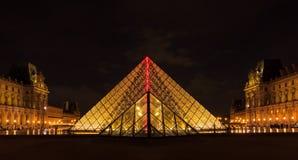 PARIS - 9 DE MAIO: Museu do Louvre (Musee du Louvre) e a pirâmide mim Imagem de Stock Royalty Free