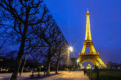 PARIS - 15 DE MARÇO: Torre Eiffel iluminada brilhantemente no crepúsculo sobre Imagens de Stock
