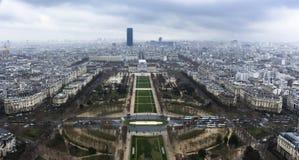 Paris - de Tour Eiffel - d'urbain ci-dessus, de ciel et de bâtiments Images stock