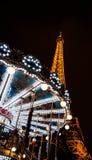 PARIS - DECEMBER 29: Eiffel står hög och den antika karusellen som sett på natten på December 29, 2012 i Paris, Frankrike. Eiffele Arkivbilder
