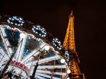 PARIS - DECEMBER 29: Eiffel står hög och den antika karusellen som sett på natten på December 29, 2012 i Paris, Frankrike. Eiffele Fotografering för Bildbyråer