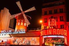 Den Moulin rougen vid natt, Paris. Royaltyfria Bilder