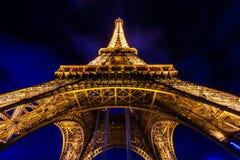 PARIS - DECEMBER 05: Tända Eiffeltorn på December 05, 2 Fotografering för Bildbyråer