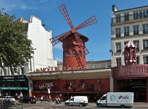 Paris - den Moulin rougekabareten Royaltyfri Foto
