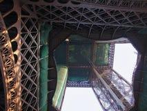 Paris - den nedersta sikten för Eiffeltorn Arkivbild