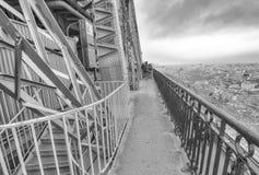 PARIS - DEZEMBER 2012: Touristen auf die Oberseite des Eiffelturms E Stockbilder