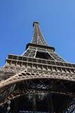 Paris_Eiffel塔在蓝天下 免版税库存照片