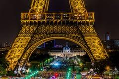 Paris Eiffeltorn vid natt Arkivbild