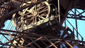Paris-Eiffelturm-Anziehungskraft-Nahaufnahme-Ansicht-Touristen-Leute-reisendes Besuchen stock video footage