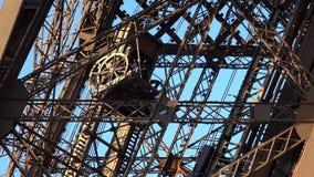 Paris-Eiffelturm-Anziehungskraft-Nahaufnahme-Ansicht-Touristen-Leute-reisendes Besuchen stock footage