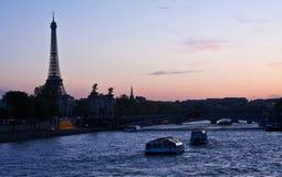 Der Eiffelturm am Sonnenuntergang stockfotos