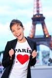 Paris-Eiffelturmfrau glücklich Stockfotos