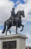 PARIS - Estátua equestre do bronze de Henrici Magni perto de Pont Neuf Representando o rei de França Henri IV na armadura, coroad fotografia de stock royalty free