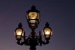 paris för lamppost för alexandre bro iii pont Arkivbilder
